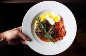 وجبة عشاء ريجيم قرطاي، ستيك لحم مشوي وسلطة خضار بزيت الزيتون
