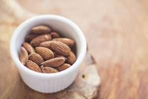 يعد اللوز من الأطعمة تحتوي على بروتين
