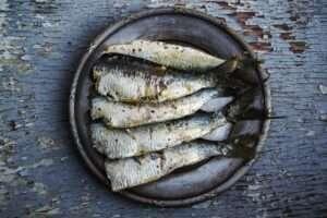 سمك السردين يعتبر من اشهر الاغذية التي تساعد في الحد من أعراض نقص أوميغا 3