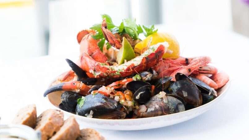 تعد المأكولات البحرية كالمحار و السلطعون و جراد البحر من الأطعمة الغنية بالزنك والحديد.