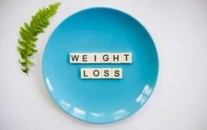 تناول القرفة قبل النوم يزيد من معدل حرق الدهون المتراكمة والتخلص منها وبالتالي خسارة الوزن.