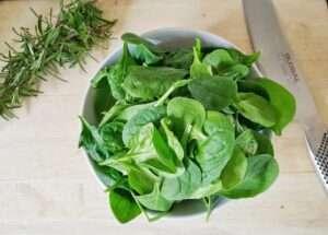 السبانخ من الخضروات الورقية، تناولها يساعد في ساعد في الوقاية من السرطانات وفي التقليل من مستويات ضغط الدم.