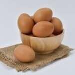 البيض من الأغذية الغنية بالكولسترول، فهل البيض يرفع الكولسترول الضار في الدم؟