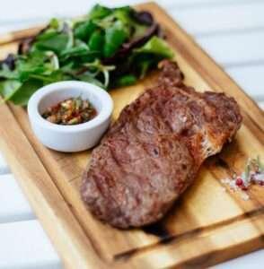 تعتبر اللحوم الحمراء أمثلة لأطعمة تحتوي على الزنك والحديد