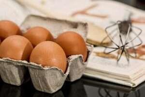 هل البيض يرفع الكولسترول الضار في الدم وما دوره في تنظيم مستويات الكوليسترول في الجسم