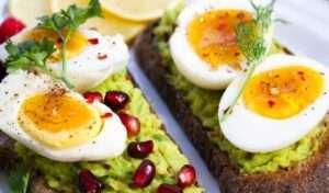 يعد البيض من الأطعمة الغنية بفيتامين ب 12
