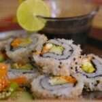 يعد السمك بسشتى أنواعه من الأطعمة الغنية بفيتامين ب 12
