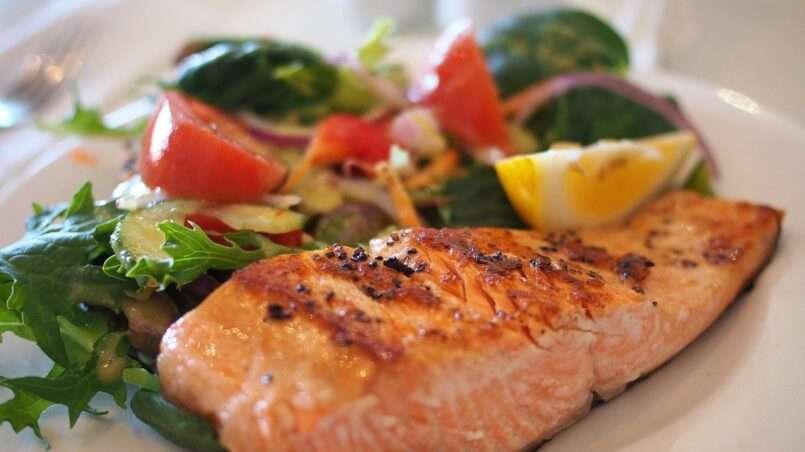 السلمون من الأسماك الغنية بالمغذيات المختلفة. لكن يبقى السؤال ما هي أضرار سمك السلمون؟